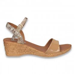 Sandale usoare cu platforma mica, din piele lacuita, bej - W511